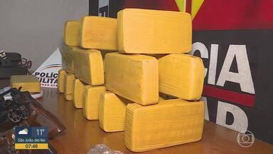 Policiais apreendem grande quantidade de droga e armas na Região Metropolitana de BH - Cocaína, maconha e crack foram encontrados em Vespasiano e em Belo Horizonte.