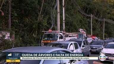 Queda de árvores e falta de energia - Moradores da Vila Andrade sofrem desde o começo da tarde de ontem.