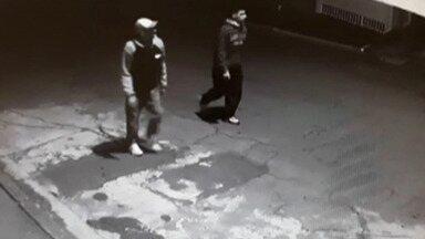 Suspeitos de roubo de carro são procurados em Mogi das Cruzes - Eles abordaram a vítima que chegava em casa na Vila Lavínia na noite de quarta-feira (14).