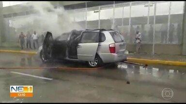 Carro pega fogo ao lado de terminal integrado de ônibus no Recife - Motorista de caminhão-pipa que passava pelo local no momento do incêndio ajudou a apagar o fogo e ninguém ficou ferido.