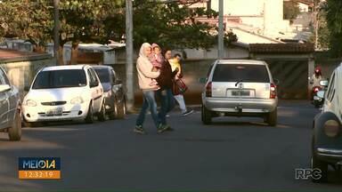 Pais de crianças que frequentam creche na Rua Arcindo Sardo reclamam de sinalização - Os pais reclamam que falta sinalização de trânsito de escola e também pedem uma faixa elevada, para que motoristas possam reduzir velocidade.