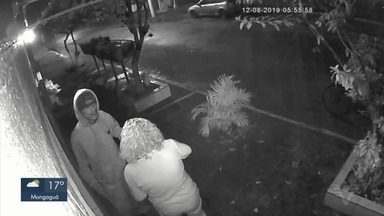 Câmeras de monitoramento registram assalto a morador de Cubatão, SP - Crime aconteceu no Jardim Casqueiro e vítima foi ameaçada com uma faca.