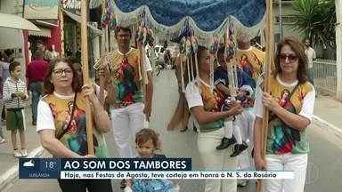 Cortejo em honra a Nossa Senhora do Rosário percorre ruas de Montes Claros - Festas de Agosto segue até domingo.