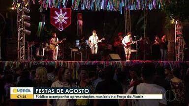Festas de Agosto comemora o segundo dia de cortejos - O levantamento do mastro de São Benedito foi realizado pelos catopês e acompanhado pelo público.