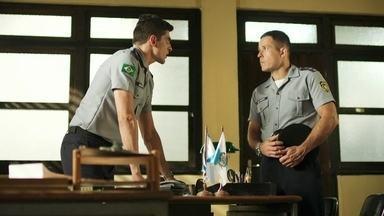 Peixoto diz a Marco que Góes está no hospital - Ele conta que cabo Góes foi baleado e está em estado grave. Marco conta a Anjinha o que houve