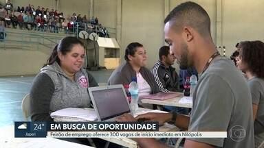 Feirão de empregos oferece 300 vagas em Nilópolis - O feirão deste sábado (17) levou mais de mil pessoas a um ginásio na cidade. Alguns candidatos passam por entrevista no próprio local.