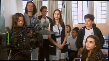 Região Centro-Oeste de MG se torna cenário de gravação de série para TV - Gravações deste sábado (17) ocorreram no Colégio Cecri em Divinópolis.