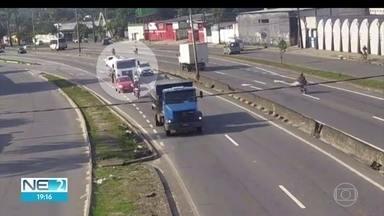 Caminhão invade pista contrária e acidente deixa uma morta e sete feridos - Veículo bateu em três carros que vinham no sentido contrário da BR-101.