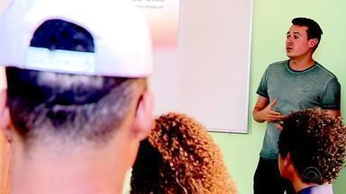 Oficina sobre educação financeira orienta adolescentes que vivem em abrigos no RS - Assista ao vídeo.
