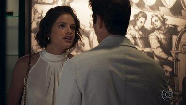 Jô exige que Régis a encontre em seu quarto - Ela ameaça ir no quarto da mãe, caso ele não a procure