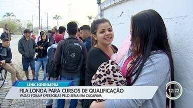 Candidatos em busca de cursos de qualificação fazem fila que dobra quarteirão em Caçapava - Inscrições para 200 vagas em sete cursos profissionalizantes acontece apenas nesta segunda-feira (19).