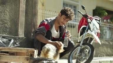 Cleber encontra o cachorrinho que Cida perdeu - O entregador fica com pena do cachorro e fica em dúvida do que fazer com ele