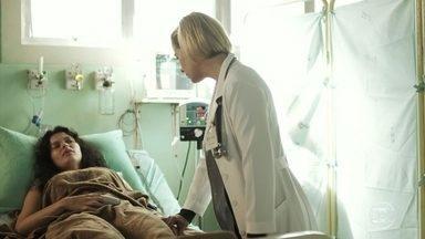Lígia conforta Tainá no hospital - A médica fala com a moça sobre os benefícios da adoção e garante que ela ainda pode realizar o sonho de ser mãe. Marcos chega ao hospital para visitar o cabo Góes