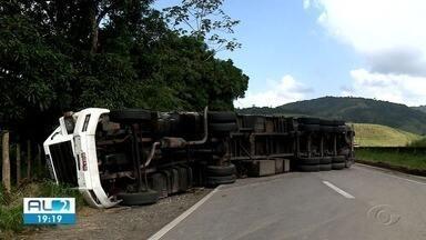 Caminhão que carregava garrafas de vidro tomba na BR-101, em Flexeiras - Trecho da pista ficou bloqueado.