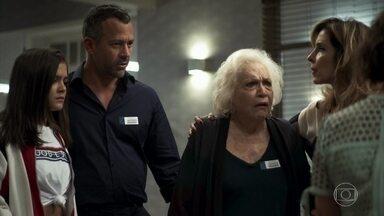 Gladys, Lyris, Agno e Cássia chegam ao hospital onde Régis está internado - Os paramédicos socorrem Régis e Jô se preocupa com o estado do amante