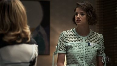 Josiane choca Gladys ao revelar romance com Régis - Blogueira é rude com a madame e afirma que não vai sair do hospital