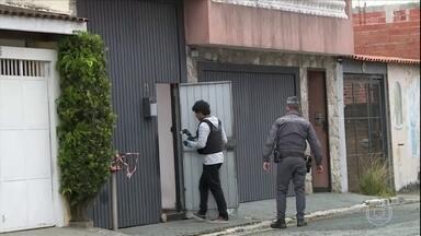 Suspeito de integrar quadrilha que matou jovem durante roubo é procurado em SP - O bando armado entrou numa repúblca e fez vários estudantes reféns. De acordo com uma testemunha, o rapaz tentou reagir com uma faca e foi baleado no rosto.
