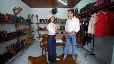 Moda Country domina a cidade de Barretos (SP) - Cris Ikeda vai mostrar que em Barretos (SP) a moda country dura o ano todo! Entre botas e chapéus, ela vai mostrar qual é a tendência entre os acessórios!