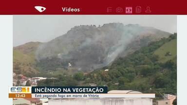 Incêndio atinge vegetação de morro de Vitória - O morro fica perto do bairro Fradinhos.