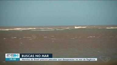 Marinha do Brasil ainda procura por pescador que desapareceu no mar de Regência, no ES - O barco que ele estava, com mais dois pescadores, naufragou. Os outros dois pescadores conseguiram nadar.