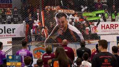 Jogador Radaelli é homenageado em jogo amistosos de futsal - Família do jogador, que morreu em acidente envolvendo a delegação, este presente na partida.