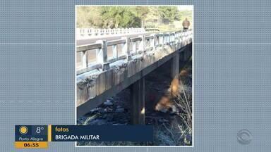Carro cai em rio de São Miguel das Missões e família é salva por motorista e cobrador - Trafegando pelo local, os homens viram o carro dentro de rio e procuraram ajuda. Felizmente, todos se salvaram.