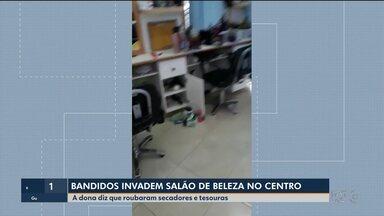 Bandidos invadem salão de beleza no centro de Curitiba - Eles roubaram secadores e tesouras usados pelas cabeleireiras.