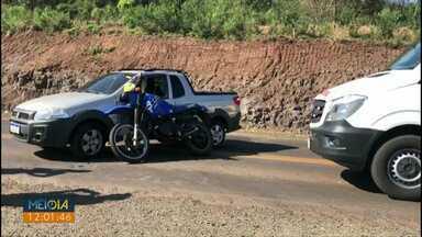 Motociclista fica ferido em batida com caminhonete na PR-180 - Trecho está em obras.