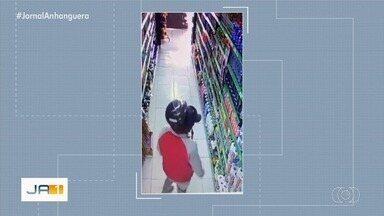 Vídeo mostra homem furtando cera de dentro de mercado em Goiânia - Dono do comércio disse que vai denunciar o caso à Polícia Civil.