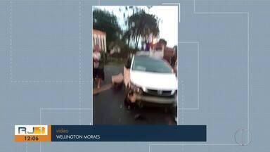 Colisão entre três caminhões e um carro deixa duas pessoas feridas na RJ-106 - Trânsito ficou lento em Barra de São João.