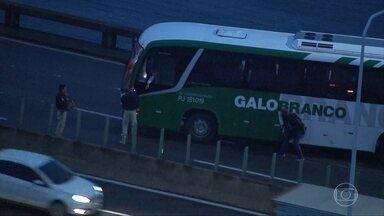 Polícia do Rio tenta desbloquear celular que pode ser do sequestrador morto - Ontem a PM prendeu um suspeito, que dizia ser comparsa do sequestrador.A Polícia Civil disse que não vê ligação desse suspeito com o caso do ônibus.