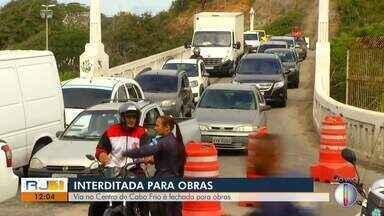 Ponte Feliciano Sodré, em Cabo Frio, RJ, é interditada nesta quarta - Medida foi tomada pelo município para substituição de manilhas de rede de drenagem.