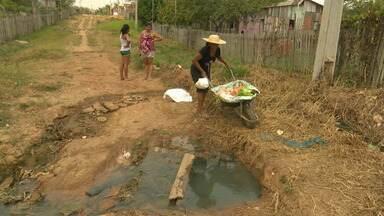 Moradores do Caladinho sofrem com falta de acesso e saneamento básico - Moradores do Caladinho sofrem com falta de acesso e saneamento básico