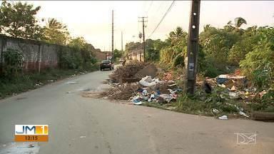 Lixo e galeria de esgoto são motivos de reclamação de moradores em São Luís - No bairro São Bernardo a passagem dos carros pelas ruas está dificultada pela quantidade de lixo que invade a avenida.