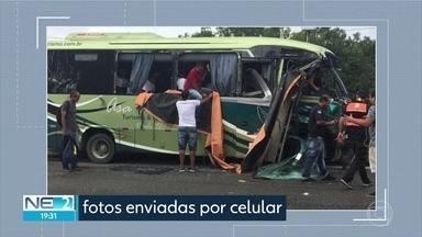 Homem morre em acidente entre ônibus e caminhão no Cabo de Santo Agostinho - Quatro passageiros se feriram.