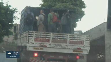 Flagrante mostra trabalhadores sendo transportados em carroceria de caminhão em Piracicaba - Construtora responsável pela situação alega que só transportou os funcionários dessa forma nesta quinta-feira (22), devido a um problema com veículo que faz o serviço.