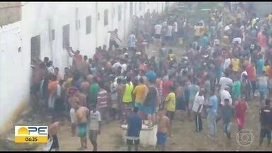Três detentos ficam feridos em incêndio em penitenciária em Itamaracá - Segundo governo, eles tiveram cortes e escoriações por causa da queda de reboco de uma cela da Penitenciária Agroindustrial São João.