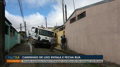 Caminhão de lixo entala em buraco no Núcleo 31 de Março, em Ponta Grossa - Previsão é a de que caminhão seja retirado do buraco na tarde desta sexta-feira (23).