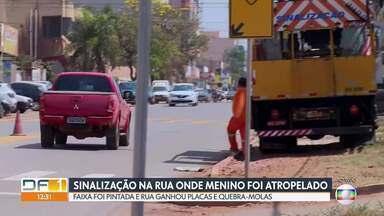 Rua onde menino foi atropelado em Vicente Pires ganha sinalização - Depois que uma criança de seis anos foi atropelada numa faixa de pedestres apagada, o GDF colocou dois quebra-molas, pintou a faixa e colocou placas na rua 6 de Vicente Pires.