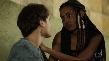Jaqueline e Thiago namoram na rua - Os dois reclamam da trairagem de Nanda com Raíssa