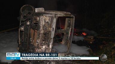Duas vítimas do acidente entre um ônibus e uma carreta foram enterradas hoje em Ilhéus - A batida aconteceu na noite de quinta-feira (22). Cinco pessoas morreram.
