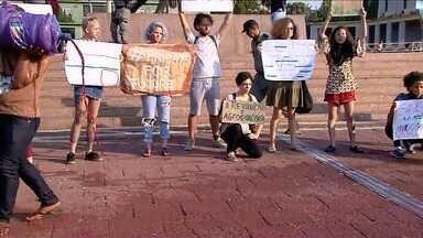 """Grupo realiza manifestação pela preservação da Amazônia, em Goiânia - Durante ato, policiais jogaram spray de pimenta em estudantes que ultrapassaram limite estabelecido por grade em frente à sede do Governo. Manifestantes jogaram líquido vermelho para representar """"sangue""""."""