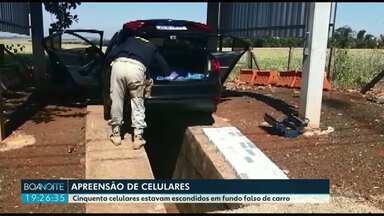 PRF e RF apreenderam 50 celulares importados irregularmente do Paraguai - Os celulares estavam escondidos em fundo falso de um carro.