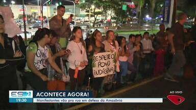 Grupo faz manifestação em Vitória pela preservação da Amazônia - Intenção é chamar a atenção para desmatamento e queimadas na floresta. Participantes se reuniram na Praça do Papa para a concentração e depois saíram em caminhada.