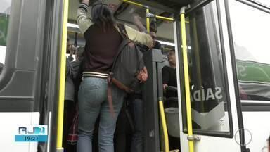 IMTT promete novas medidas para situação das vans em Campos semana que vem - Novo modelo de transporte está funcionando com ônibus cheios e vans vazias.