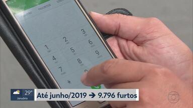 Número de roubos de celulares cai em BH e na Região Metropolitana entre janeiro e julho - O dado é comparado com o mesmo período de 2018. Funcionamento da Central de Bloqueio de Celulares é um dos fatores para a queda do crime. Já os furtos de celulares aumentaram no mesmo período neste ano.