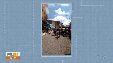 Fogo atinge imóvel em Joaquim Gomes - Moradores gravaram vídeo mostrando desespero dos vizinhos para tentar apagar as chamas e socorrer moradores do local.