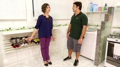 Cozinha - A reclamação de Aline é sobre a bagunça que Daniel faz na cozinha, o único ambiente da casa que guarda desde os sapatos da família até os brinquedos do filho deles.