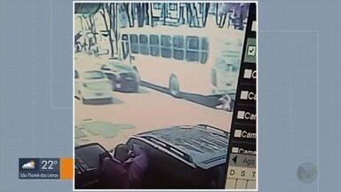 Mulher é atropelada por ônibus no Centro de Varginha (MG) - Mulher é atropelada por ônibus no Centro de Varginha (MG)