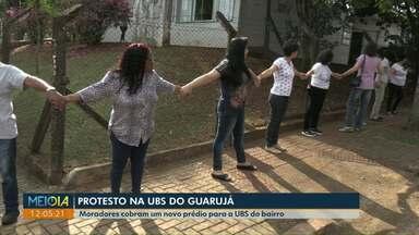Moradores protestam pedindo reconstrução de posto de saúde no Guarujá - Eles deram um abraço coletivo no prédio onde atualmente funciona o posto de saúde.